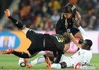 图文:加纳VS德国 弗里德里希拉倒对手