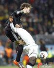 图文:加纳0-1德国 赫迪拉奋力拼抢