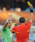 图文:美国VS阿尔及利亚 耶布达被罚黄牌