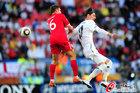 图文:斯洛文尼亚0-1英格兰 米尔纳拼抢