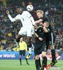 图文:加纳VS德国 吉安跳起飞顶