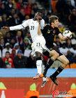 图文:加纳0-1德国 穆勒被顶撞