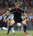 图文:加纳0-1德国 默特萨克护球