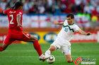 图文:斯洛文尼亚0-1英格兰 约翰逊抢球
