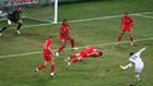 世界杯第十三日精选图 特里飞身头挡球