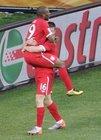 图文:斯洛文尼亚VS英格兰 米尔纳拥抱迪福