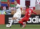 图文:斯洛文尼亚VS英格兰 科尔紧盯对手