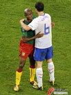 图文:喀麦隆1-2荷兰 埃托奥与范博梅尔