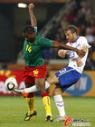 图文:喀麦隆1-2荷兰 切久护球