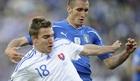 图文:斯洛伐克3-2意大利 基耶利尼严防对手