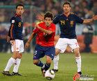 图文:智利1-2西班牙 埃斯特拉达摔倒