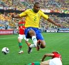 图文:葡萄牙VS巴西 麦孔飞跃对手