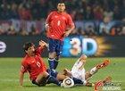 图文:智利VS西班牙 埃斯特拉达绊倒对手