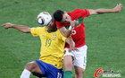 图文:葡萄牙0-0巴西 头球争顶