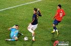 图文:智利VS西班牙 布拉沃飞铲