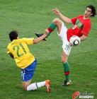 图文:葡萄牙0-0巴西 抬脚过高