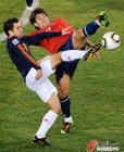 图文:智利1-2西班牙 埃斯特拉达哈维拼抢