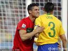 图文:葡萄牙0-0巴西 C罗与卢西奥的角逐