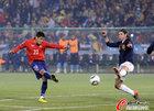 图文:智利1-2西班牙 米拉尔远射