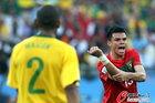 图文:葡萄牙0-0巴西 佩佩示意手球