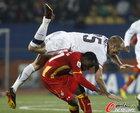 图文:美国VS加纳 德梅里特摔倒