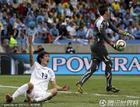 图文:乌拉圭VS韩国 金在成示意犯规