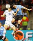 图文:乌拉圭2-1韩国 李东国被压制