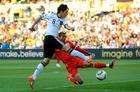 图文:德国VS英格兰 厄齐尔射门