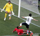 图文:德国VS英格兰 厄齐尔怒射