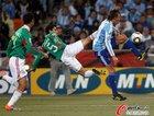 图文:阿根廷VS墨西哥 奥索里奥飞踹对手