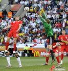 图文:德国VS英格兰 厄普森顶球