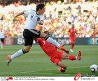 图文:德国VS英格兰 厄齐尔对决阿科尔