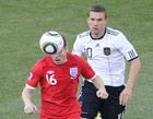 图文:德国VS英格兰 米尔纳头球