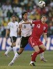图文:德国VS英格兰 巴里与对手争抢