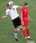 图文:德国VS英格兰 默特萨克顶球