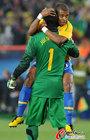 图文:巴西3-0智利 巴斯托斯拥抱塞萨尔