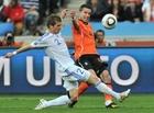 图文:荷兰2-1斯洛伐克 范佩西争抢