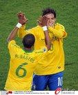 图文:巴西3-0智利 卡卡与巴斯托斯