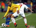 图文:巴西VS智利 麦孔防守