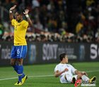 图文:巴西3-0智利 巴斯托斯举手示意