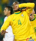 图文:巴西3-0智利 胡安亲吻手指