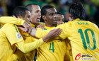 图文:巴西3-0智利 卡卡与胡安