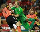 图文:荷兰2-1斯洛伐克 库伊特冲撞穆哈