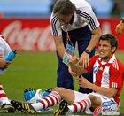 图文:巴拉圭VS日本 贝尼特斯倒地