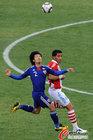 图文:巴拉圭VS日本 阿部勇树拼抢
