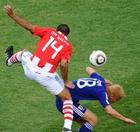 图文:巴拉圭VS日本 达席尔瓦力压松井大辅