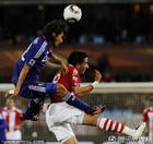 图文:巴拉圭VS日本 中泽佑二头球解围