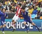 图文:巴拉圭VS日本 长谷部诚奋力争顶