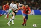 图文:西班牙1-0葡萄牙 哈维拿球向前
