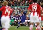 图文:巴拉圭VS日本 远藤保仁主罚任意球